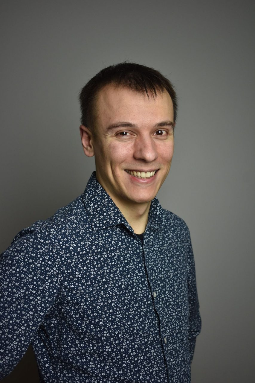 Julien Thomas souriant chemise à fleur